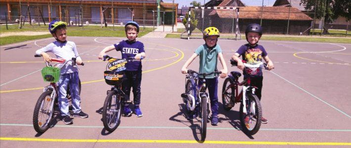 Prvošolci kolesarijo in rolajo